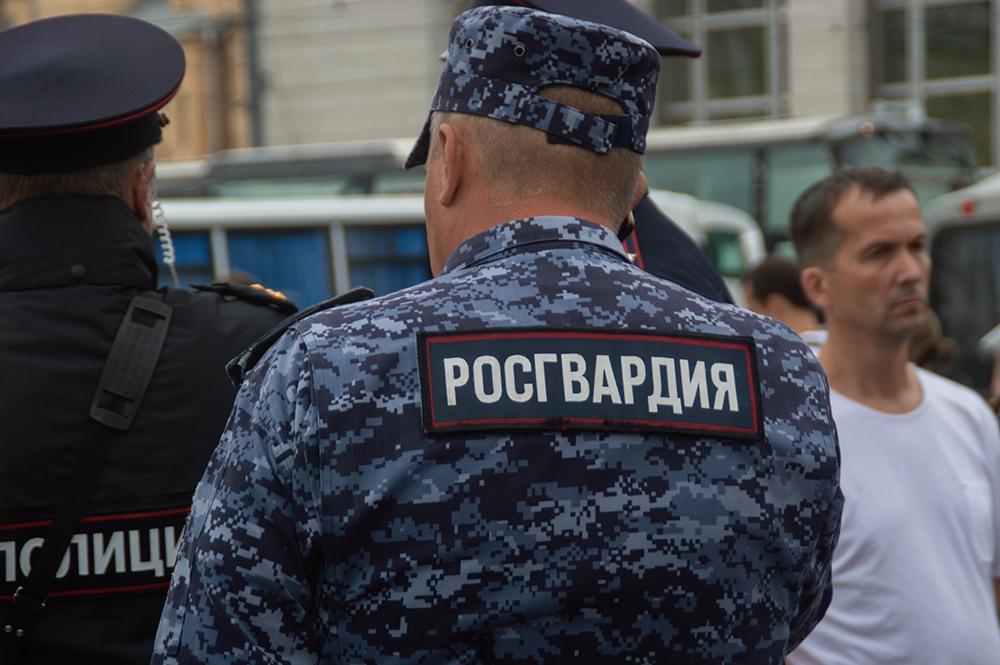 фото ЗакС политика Росгвардеец запретил снимать спецтехнику на улице Марата