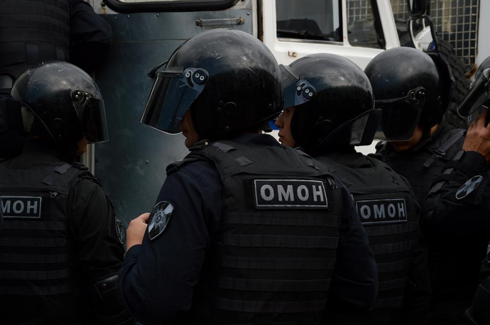 "фото ЗакС политика Суд оштрафовал фаната ""Зенита"", ударившего омоновца"