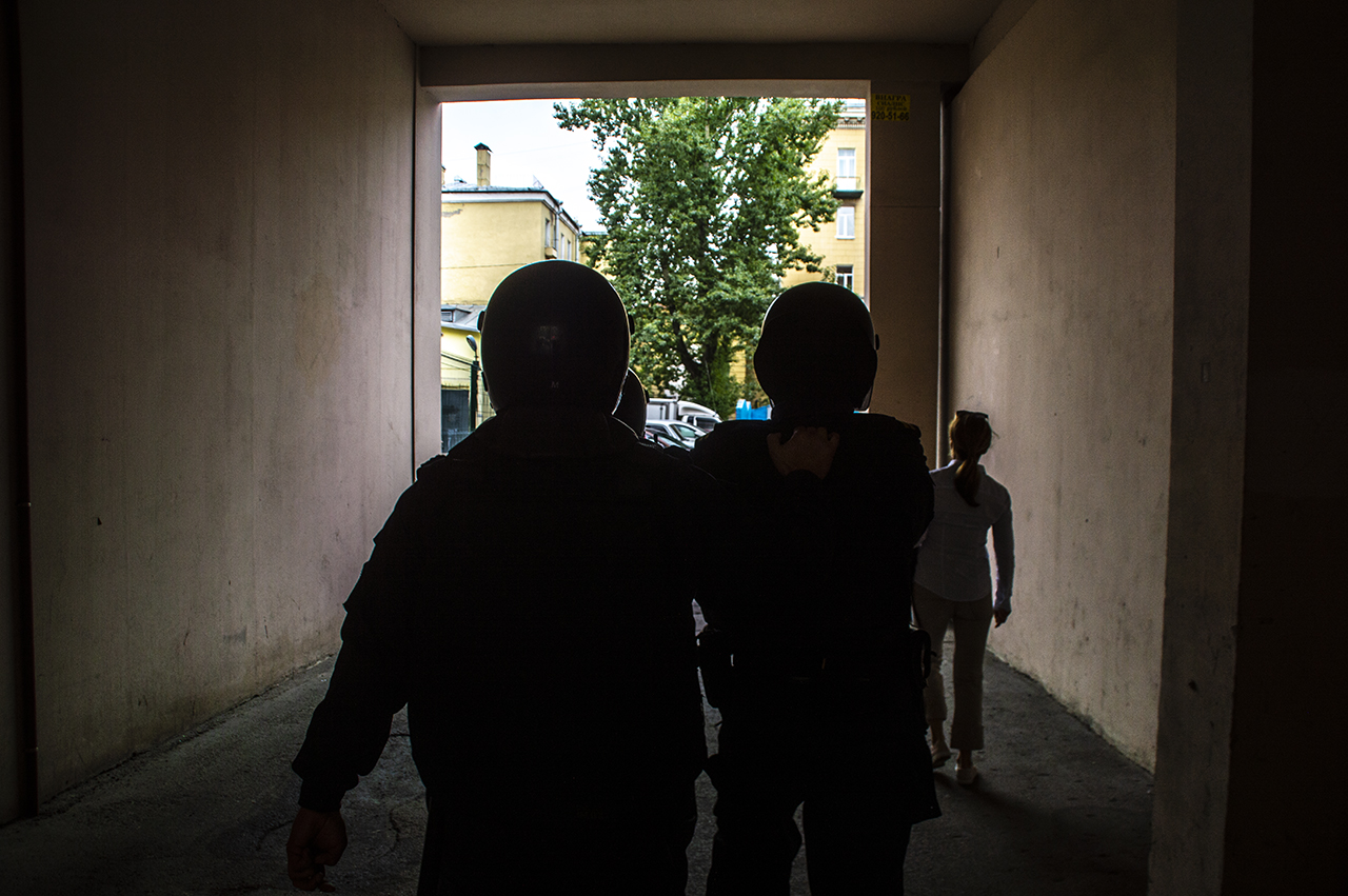 """фото ЗакС политика Двух активистов задержали из-за акции с """"надгробием"""" Путину у Исаакиевского собора"""