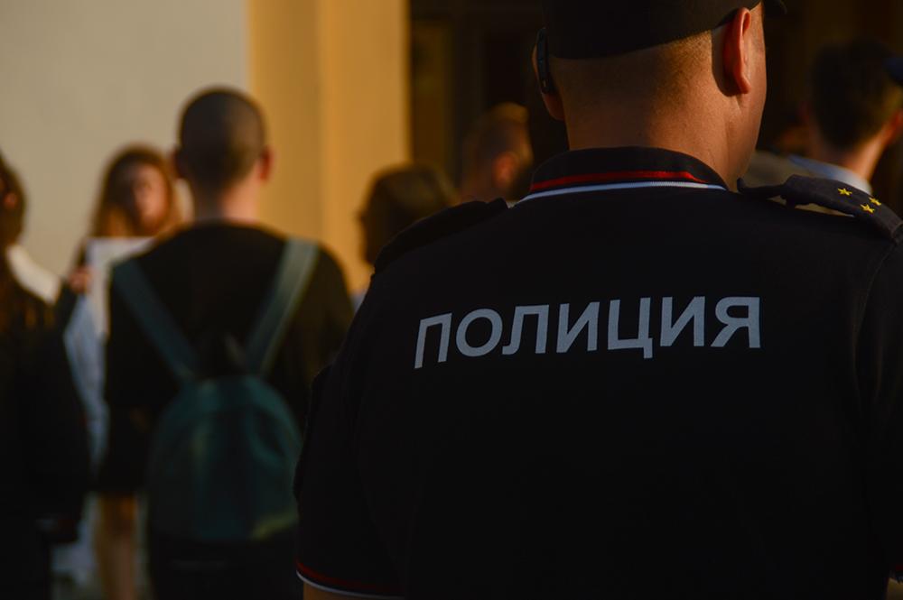 "фото ЗакС политика Активистов ""Весны"" разбудили сотрудники полиции с повестками"
