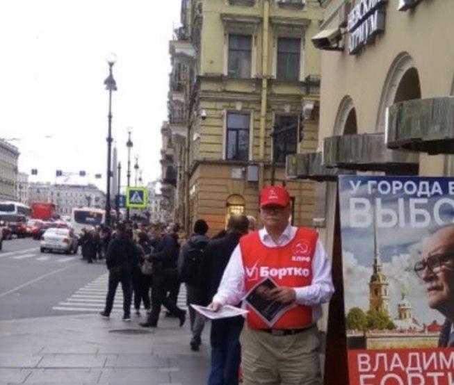 фото ЗакС политика Бортко начал самостоятельно раздавать свою агитацию