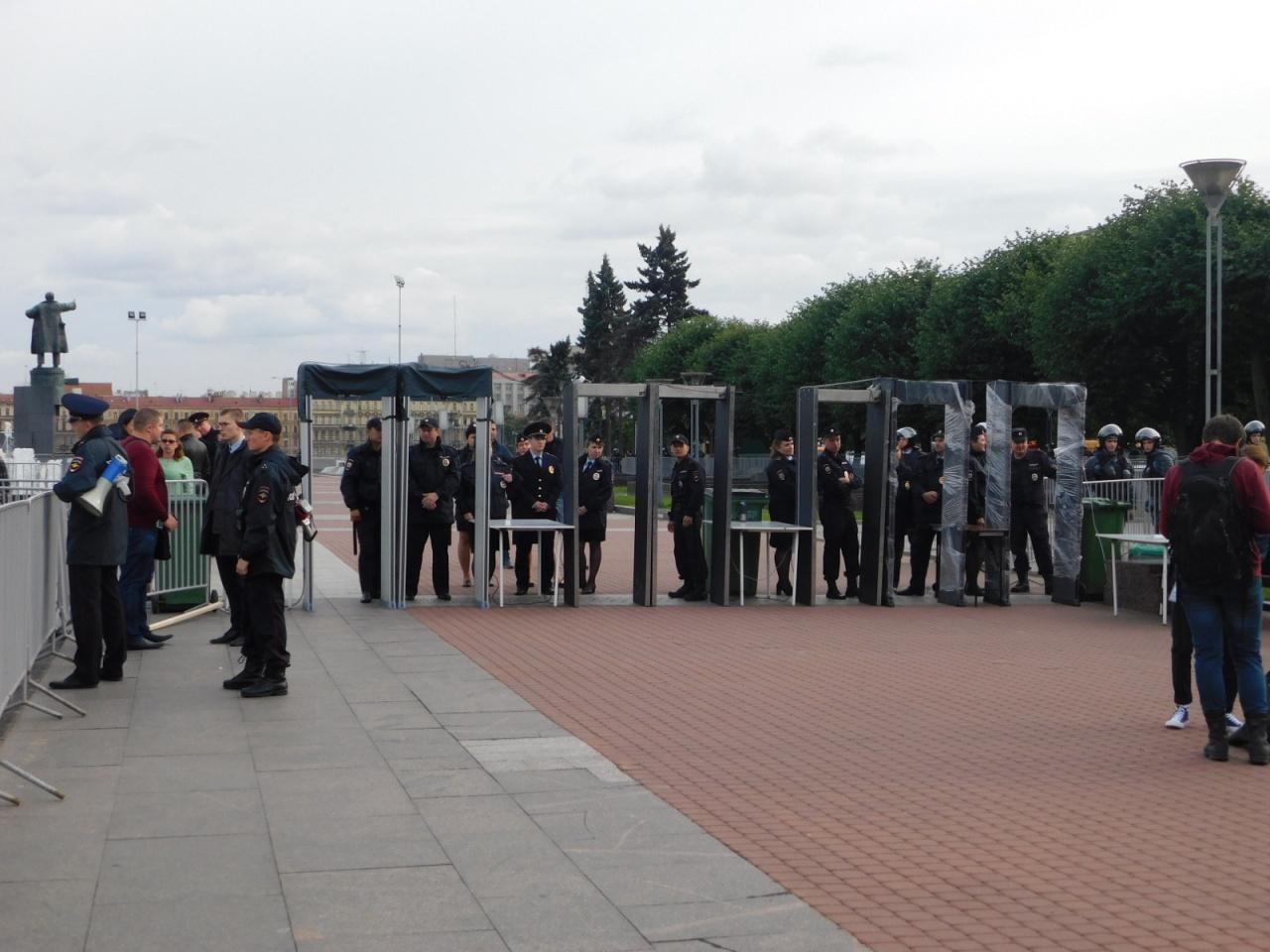 фото ЗакС политика В Петербурге на акцию против изменения климата пришли 50 активистов и сотни силовиков