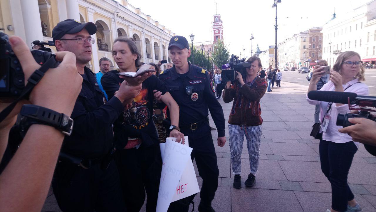 фото ЗакС политика У Гостиного двора задержали пикетчика за отказ передать паспорт в руки полицейскому