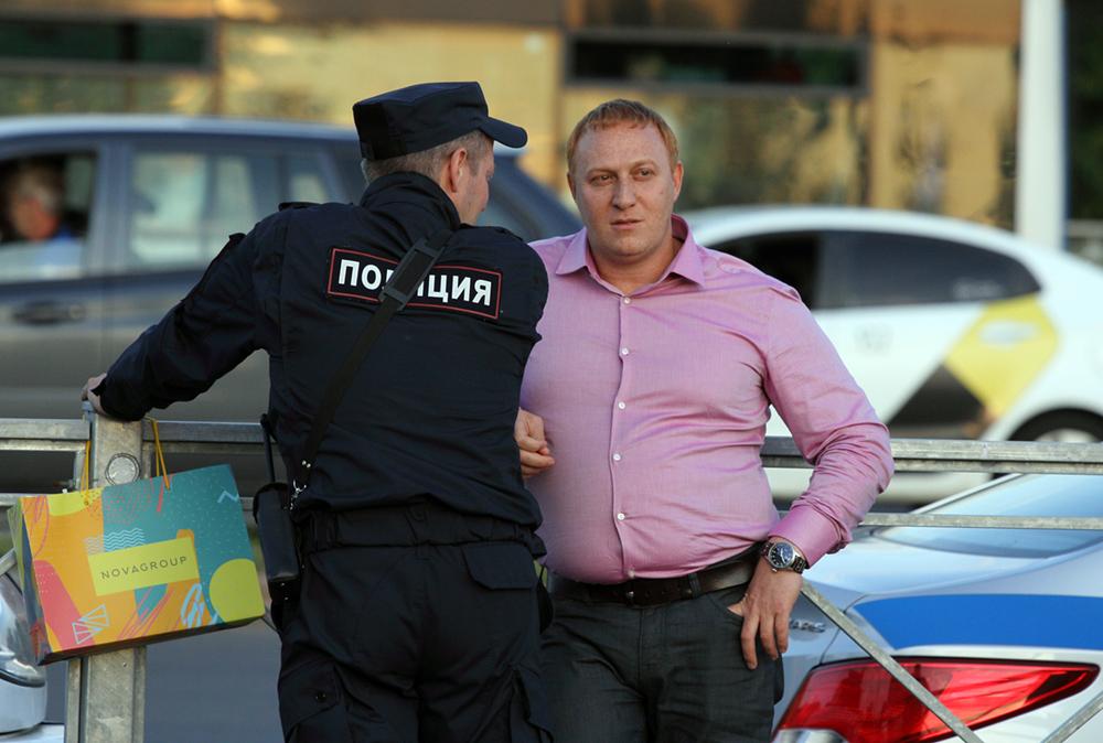 "фото ЗакС политика Представителя ""Анны Новы"" полиция увела от защитников Муринского парка"
