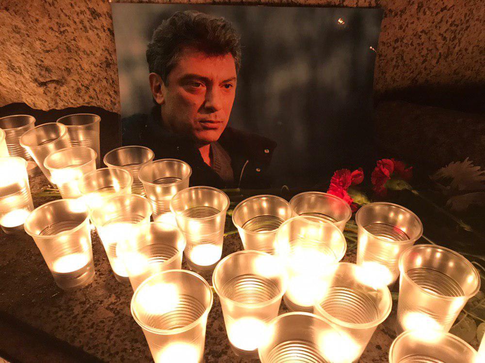 фото ЗакС политика Петербуржцы почтили память Немцова у Соловецкого камня