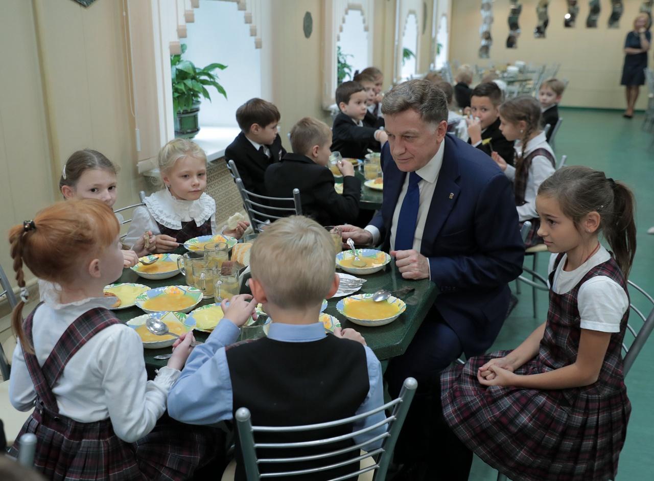 фото ЗакС политика Вячеслав Макаров провел обед со школьниками