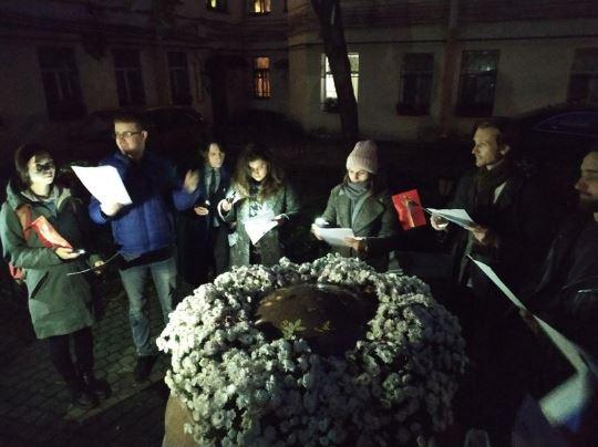 """фото ЗакС политика Депутаты от «Яблока» провели заседание совета """"Литейного округа"""" во дворе"""