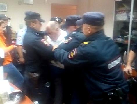 """фото ЗакС политика Полиция вынесла из ИКМО """"Озеро Долгое"""" эсера Илью Шмакова"""