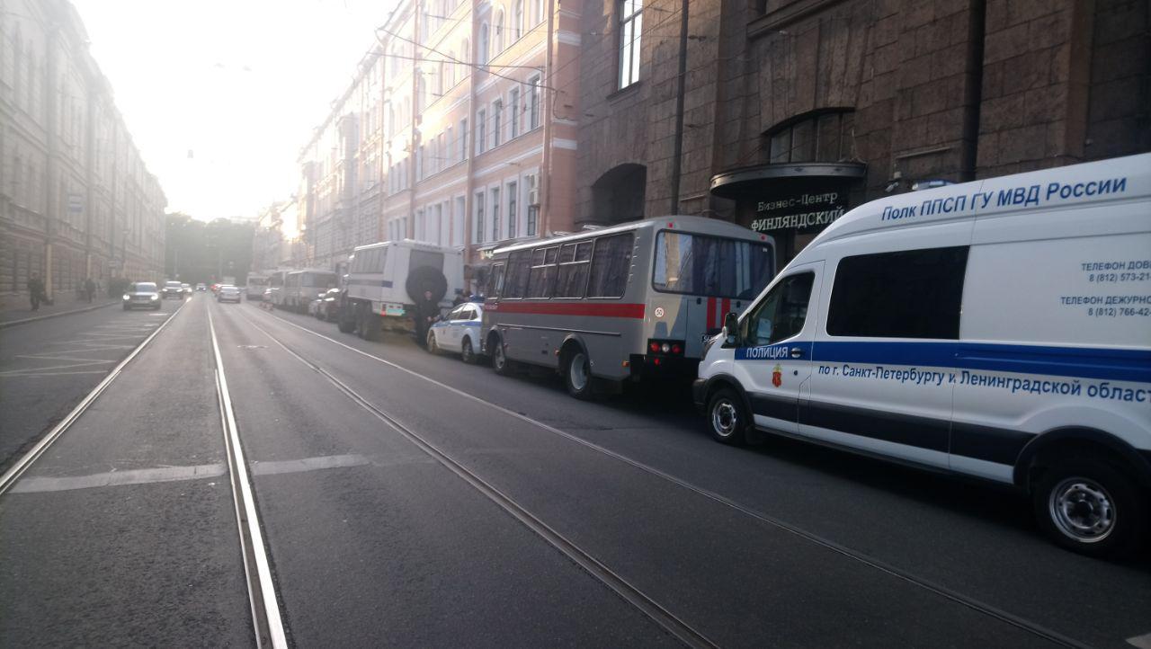 фото ЗакС политика Более 30 машин полиции дежурит на площади Ленина