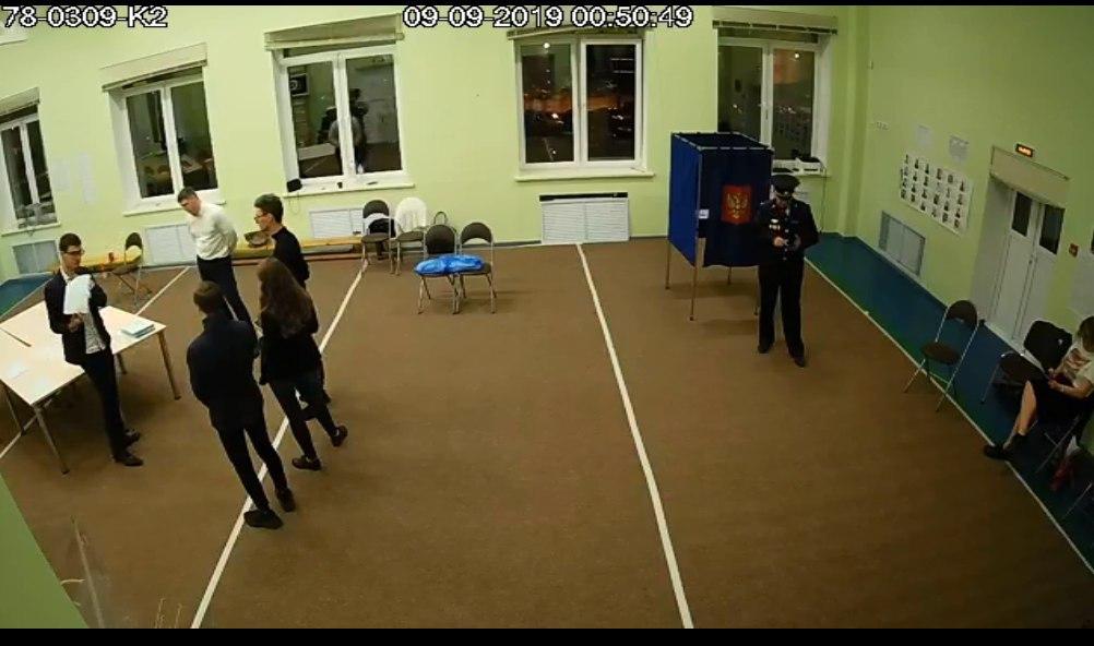 фото ЗакС политика На избирательном участке в Парголово наблюдателей не подпускают к столу с бюллетенями