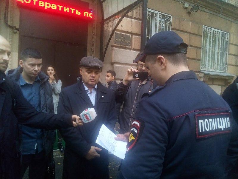 фото ЗакС политика Фракция КПРФ и закрытая дверь не дали оппозиции «Светлановского» провести первое заседание