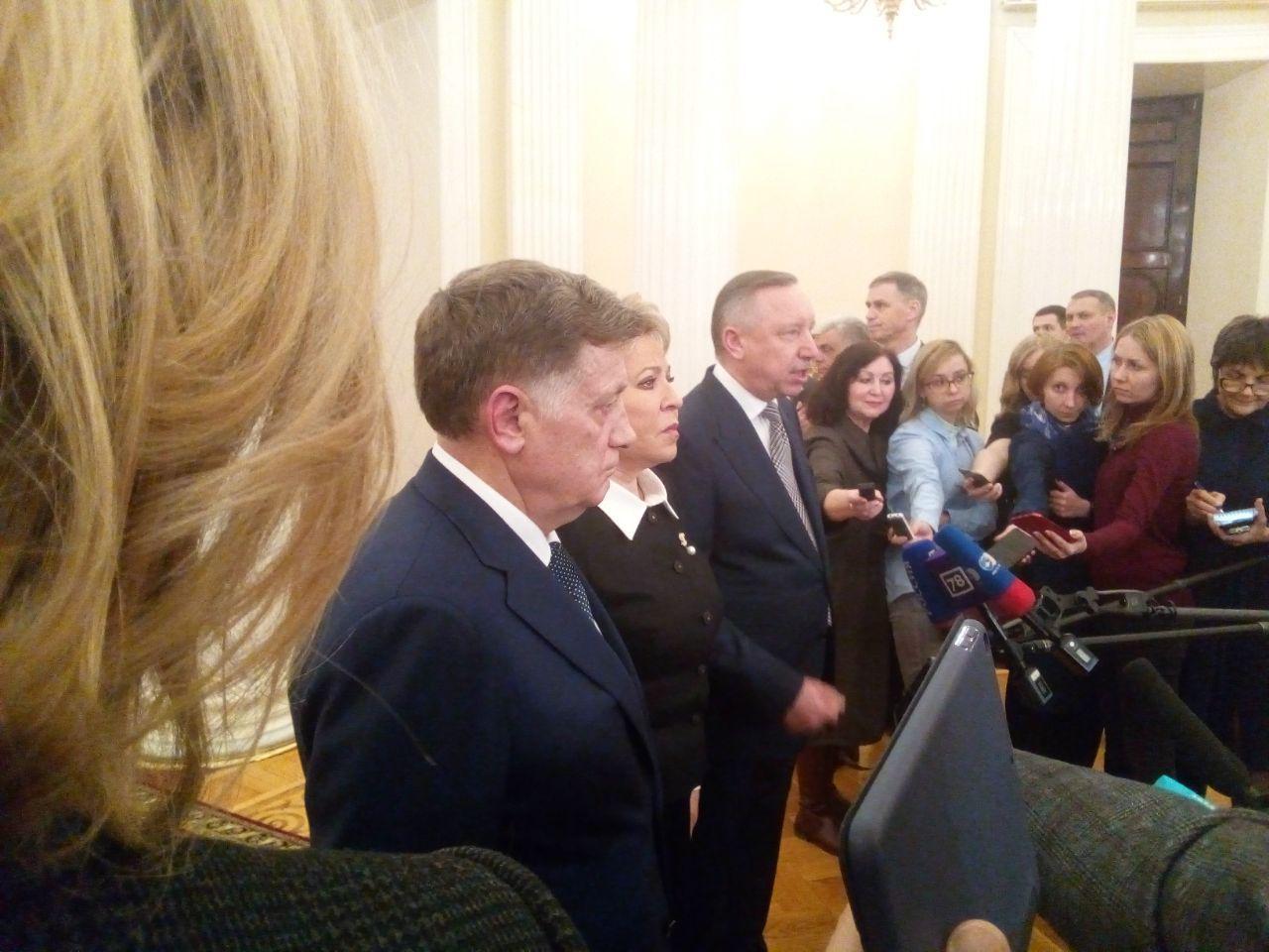 фото ЗакС политика Беглов подошел к прессе после заседания ЗакСа, но вопросов ему не задали