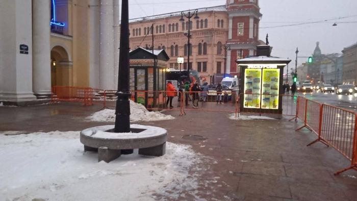 """фото ЗакС политика Гостиный двор оградили забором перед субботней акцией """"навальнистов"""""""