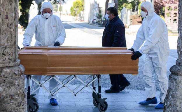 фото ЗакС политика Смольный отчитался о новых COVID-смертях: самому молодому погибшему было 25 лет