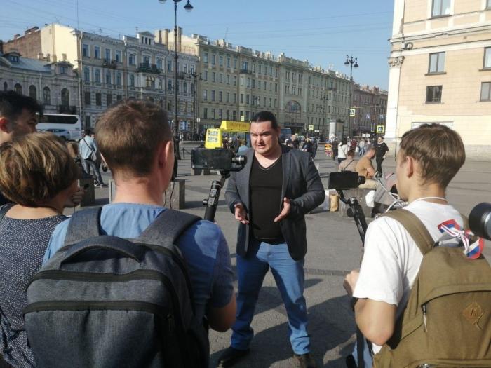 "Группа активистов собралась у ""Галереи"" ругаться на Беглова"
