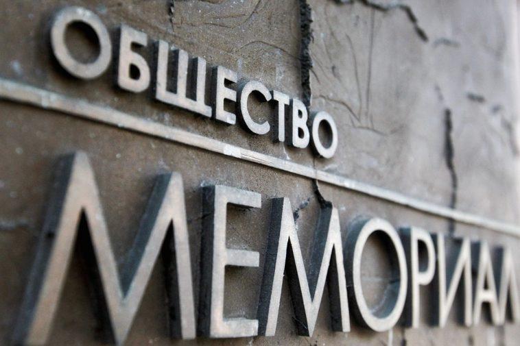 """фото ЗакС политика """"Мемориал"""" представил новые списки """"современных"""" политзаключенных: в них - 362 человека"""