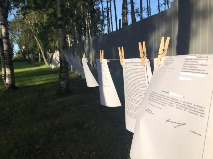 фото ЗакС политика Активисты украсили Муринский парк отписками Смольного