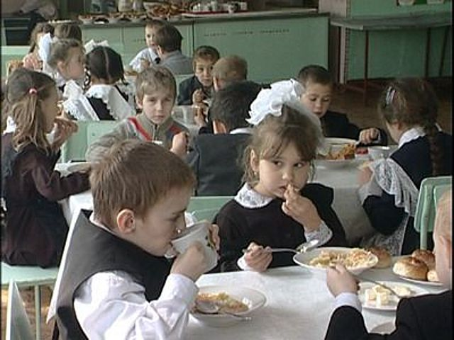 фото ЗакС политика Петербургские родители жалуются на качество блюд, подаваемых в столовой школы № 328