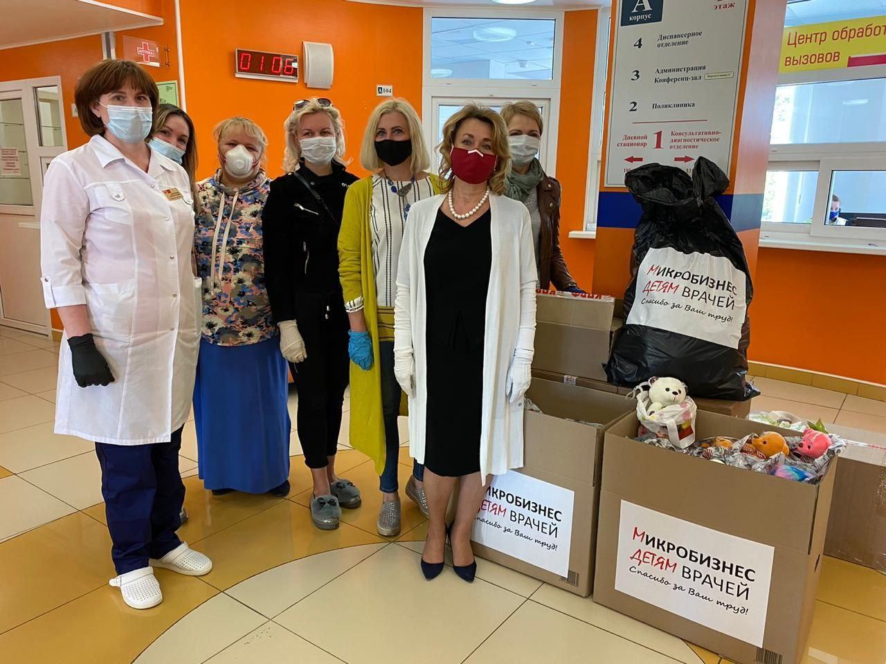 фото ЗакС политика КПРФ и микропредприниматели передали подарки для детей сотрудников Боткинской больницы