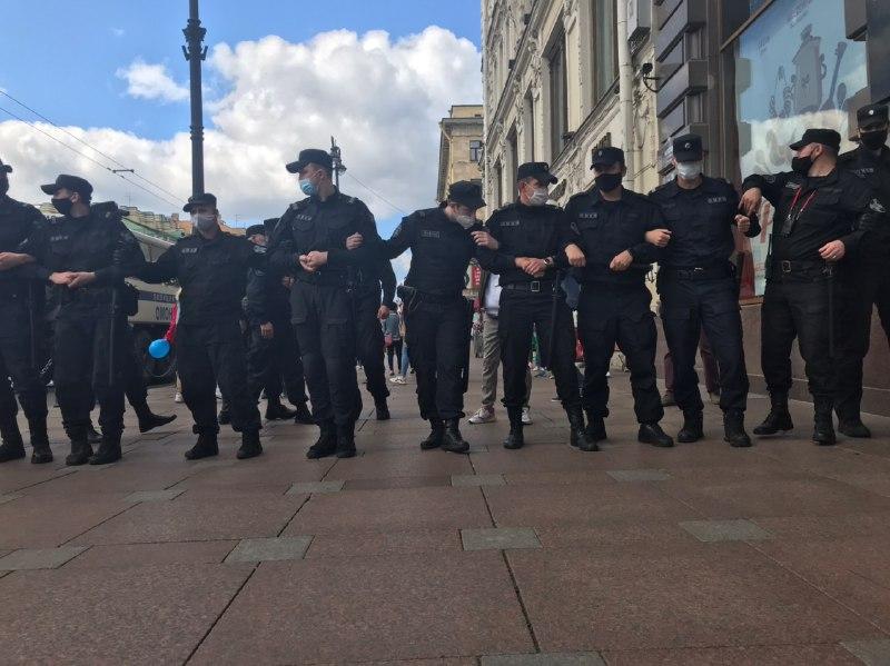 Полиция не позволяет протестующим пройти по Невскому проспекту