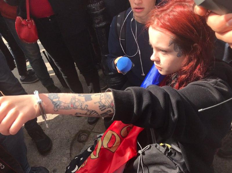 фото ЗакС политика Полиция не стала задерживать приковавшую себя к ограде активистку в центре Петербурге