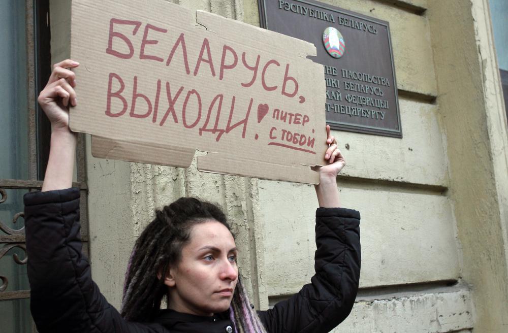 фото ЗакС политика В Белоруссии против протестующих применили слезоточивый газ и светошумовые гранаты