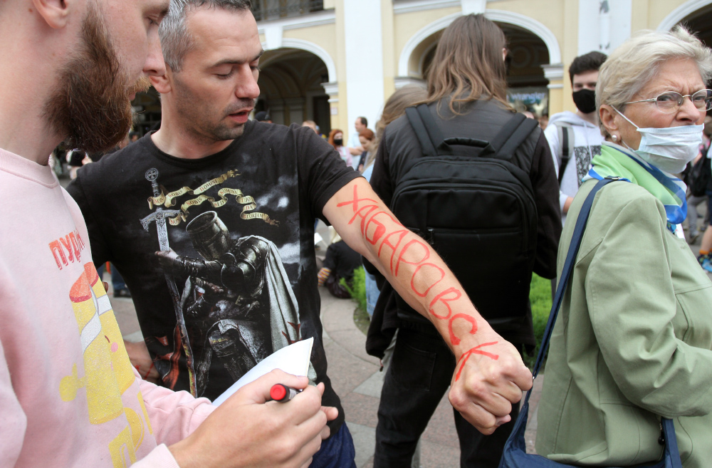 фото ЗакС политика Новосибирскую активистку оштрафовали на 150 тысяч рублей за акцию в поддержку хабаровчан