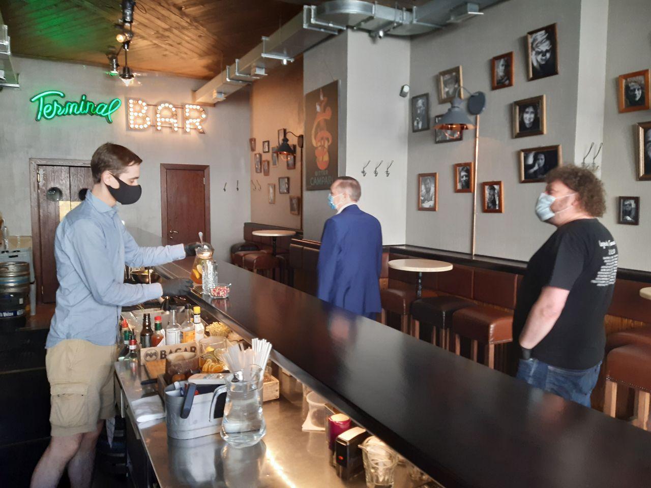 """фото ЗакС политика Беглов посетил бар """"Терминал"""", который рискует закрыться из-за закона о """"наливайках"""""""
