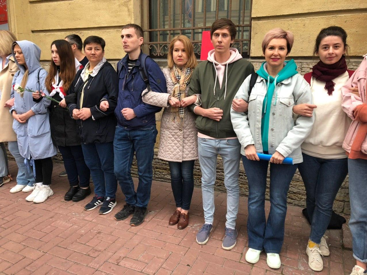 Депутаты ЗакСа и муниципальных советов Петербурга посетили акцию у посольства Беларуси