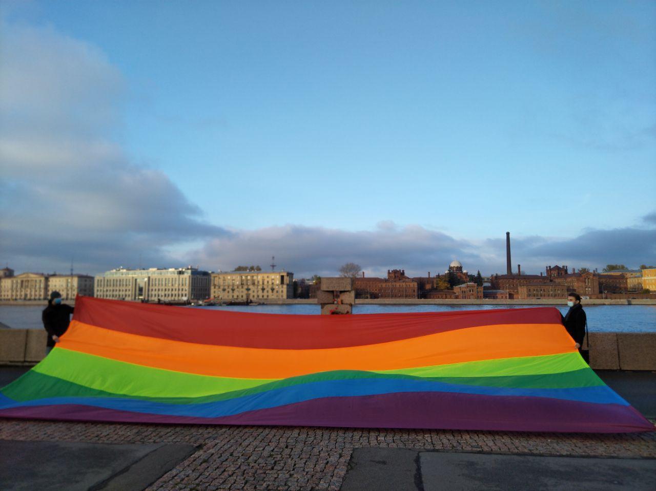 У памятника жертвам политрепрессий в Петербурге развернули радужное полотно