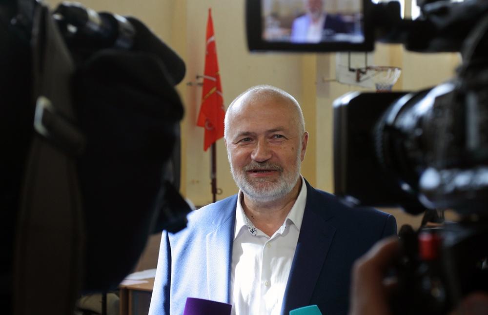 фото ЗакС политика Амосов категорично осудил снятие памятных мемориальных досок с дома на Рубинштейна