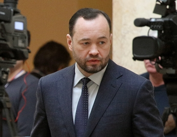 фото ЗакС политика Анохин – Макарову: Вы враг парламентаризма