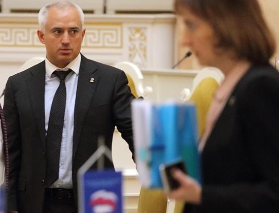 фото ЗакС политика Депутата Коваля доставили в Приморский районный суд