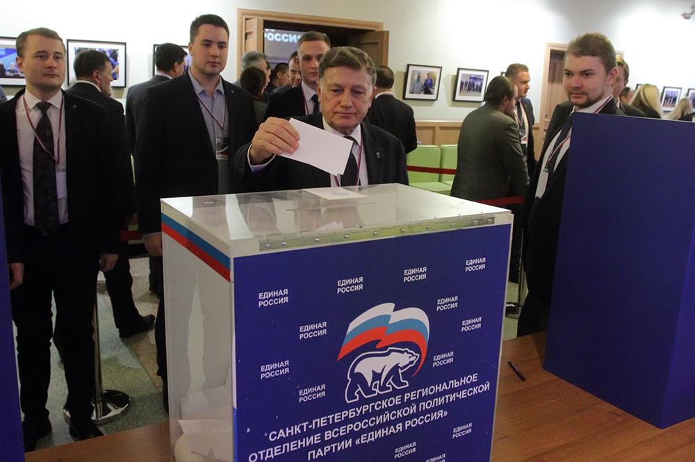 фото ЗакС политика Макаров считает, что досрочное голосование избавит муниципалитеты от радужных флагов