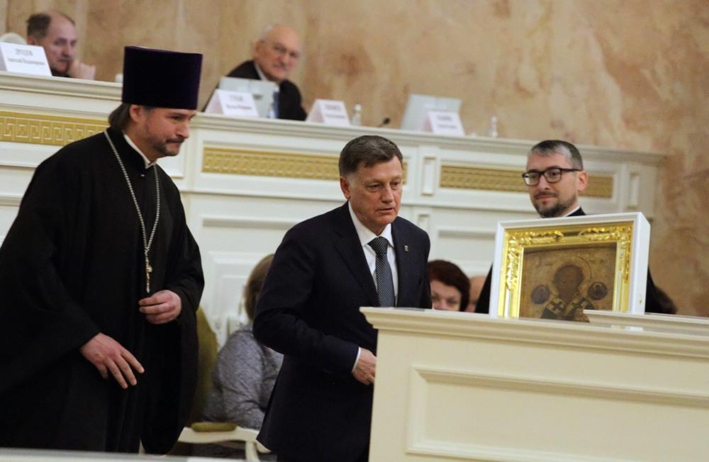 фото ЗакС политика Макаров заявил, что привьется от COVID только после врачей и учителей