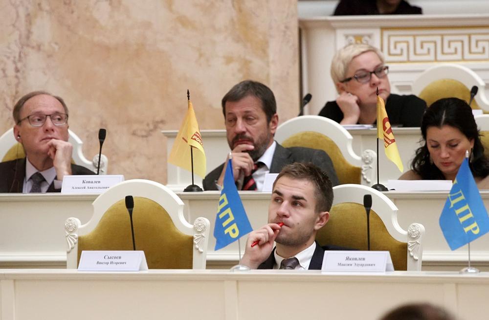 фото ЗакС политика Депутат Сысоев под аплодисменты единороссов не стал рассказывать коллегам о личном отношении к сносу СКК