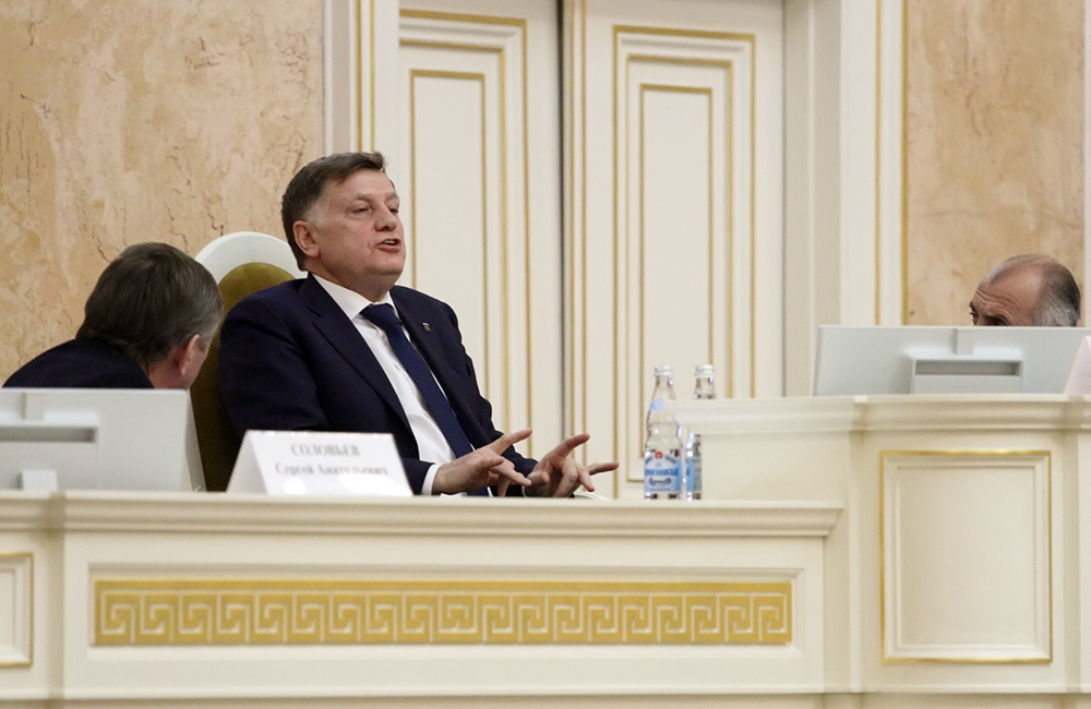 """фото ЗакС политика """"Мы жестко держим дистанцию"""": Макаров отказался оценивать конфликт между ЦИК и ГИК"""