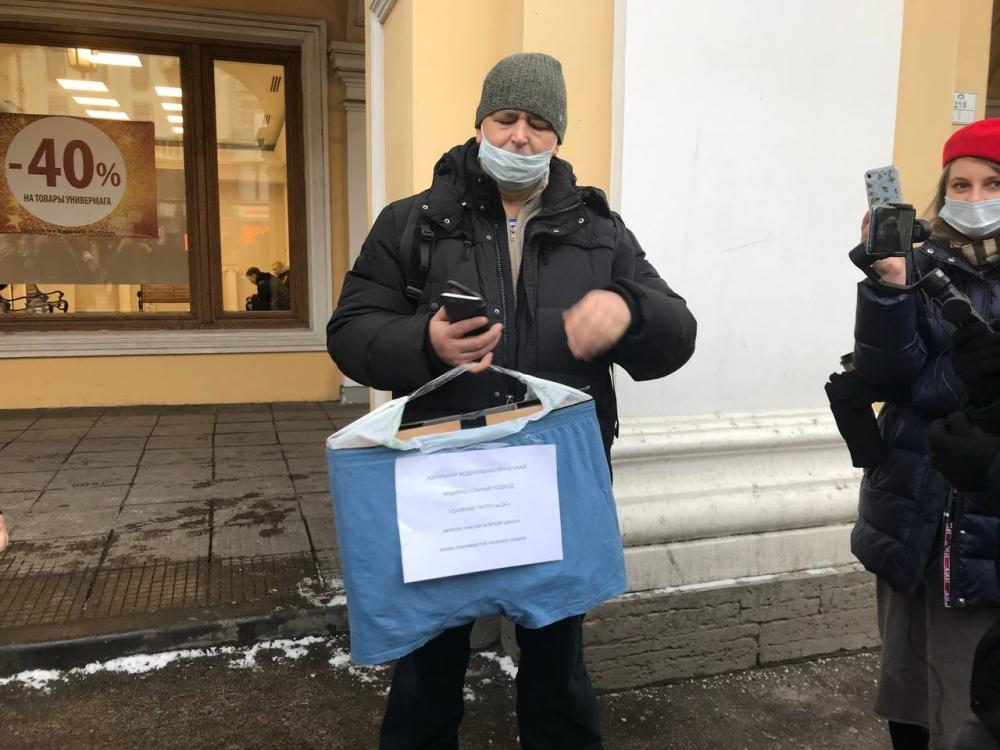 фото ЗакС политика Активисты снова вышли к Гостиному двору в поддержку Навального