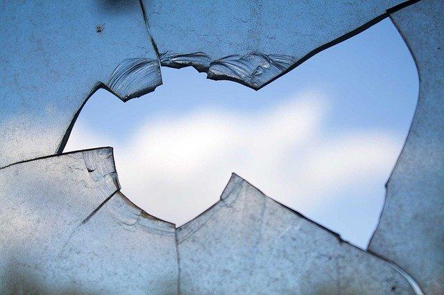 фото ЗакС политика Неизвестные разбили окна в квартире замглавы ТИК №11