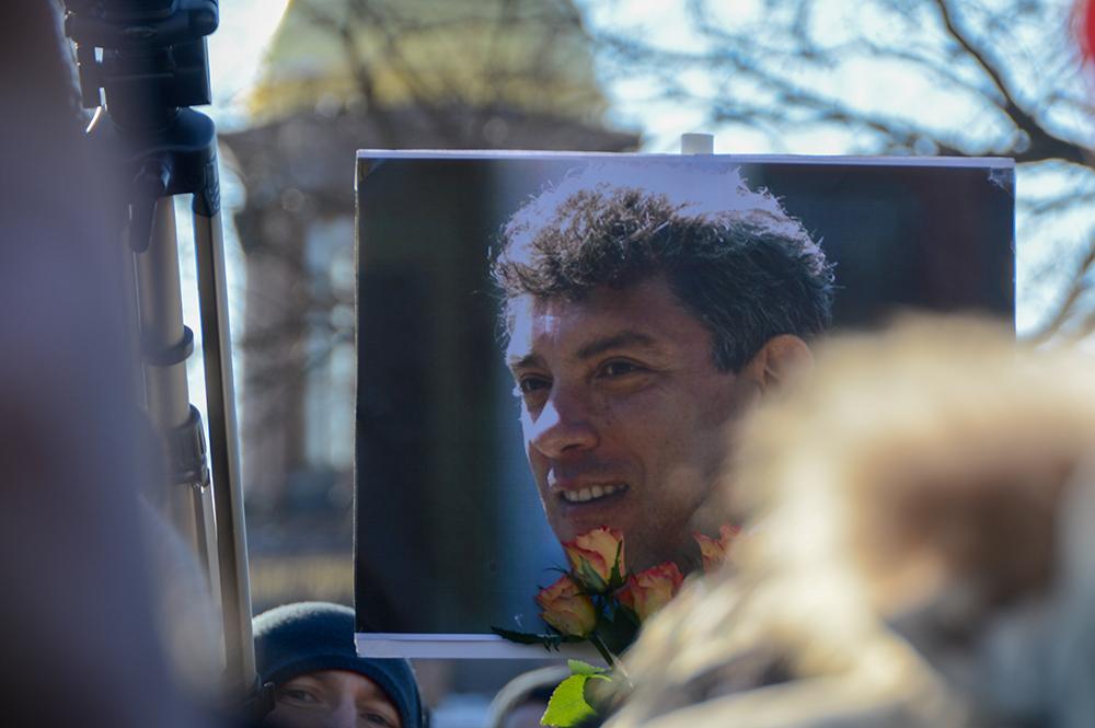 В Москве задержали дежуривших у мемориала Немцову активистов