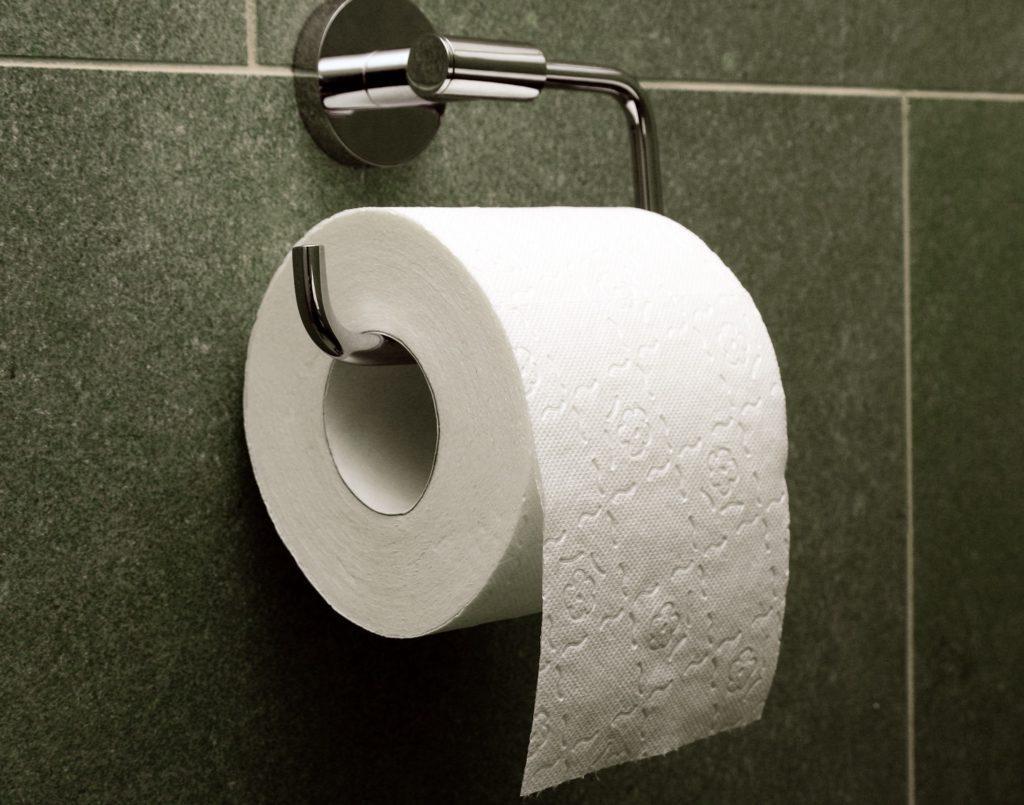 фото ЗакС политика Карельский пенсионер подарил депутатам туалетную бумагу в честь прибавки в 21 рубль