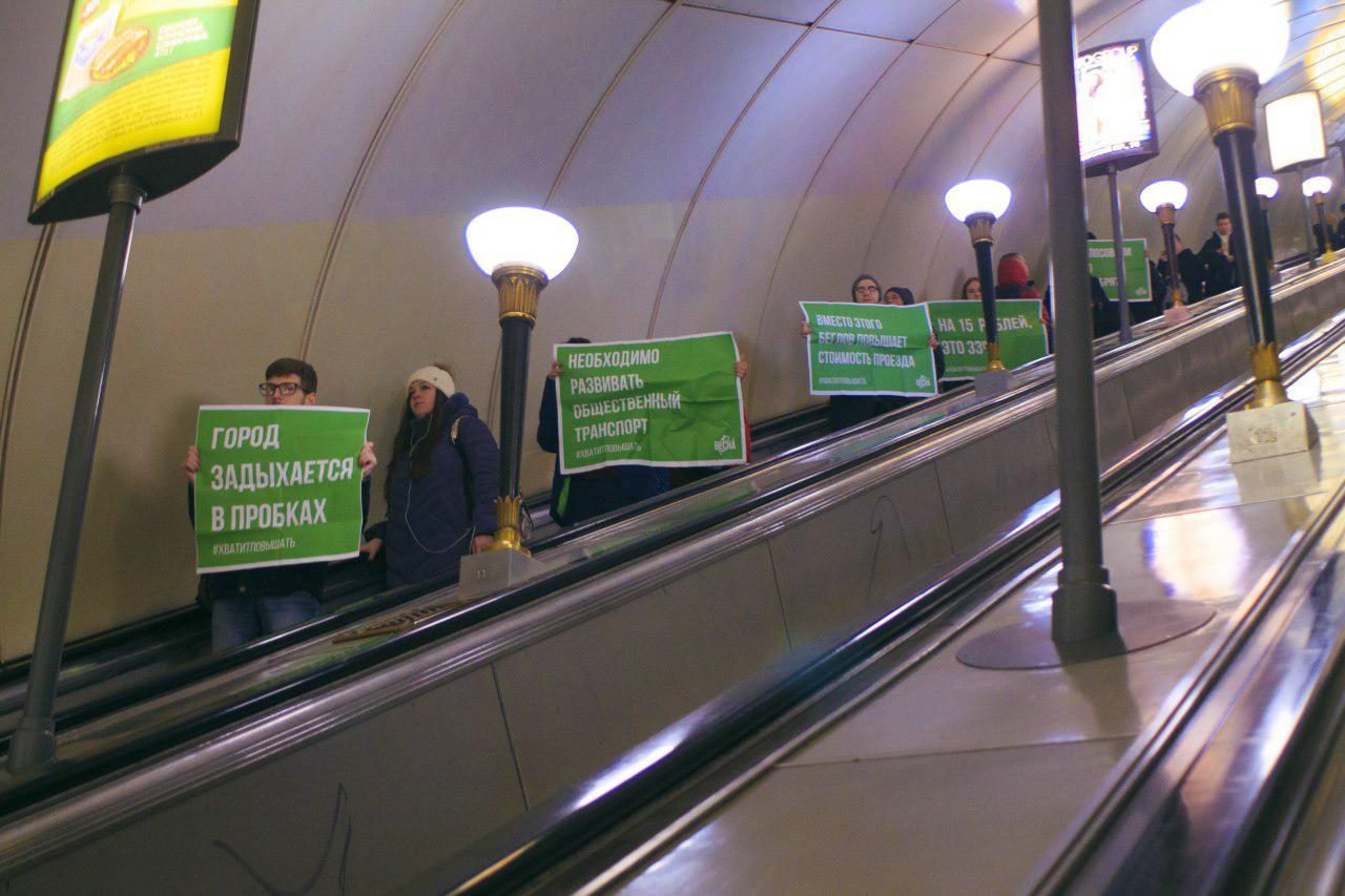 "фото ЗакС политика Суд начал рассмотрение дела активиста ""Весны"" из-за акции против повышения цен на проезд"