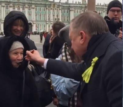 фото ЗакС политика Беглов покормил петербуржцев кашей с ложки