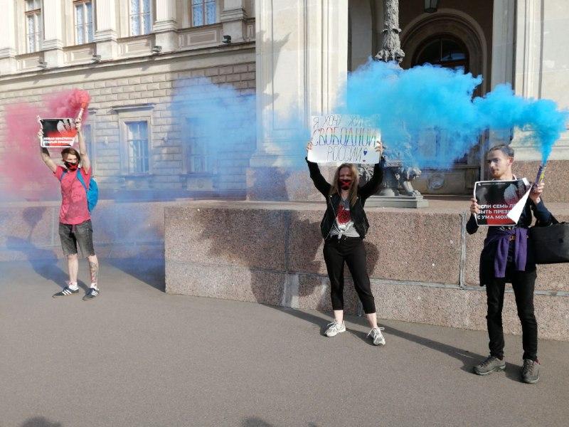 фото ЗакС политика Либертарианцы зажгли файеры у Мариинского дворца, протестуя против изменения Конституции