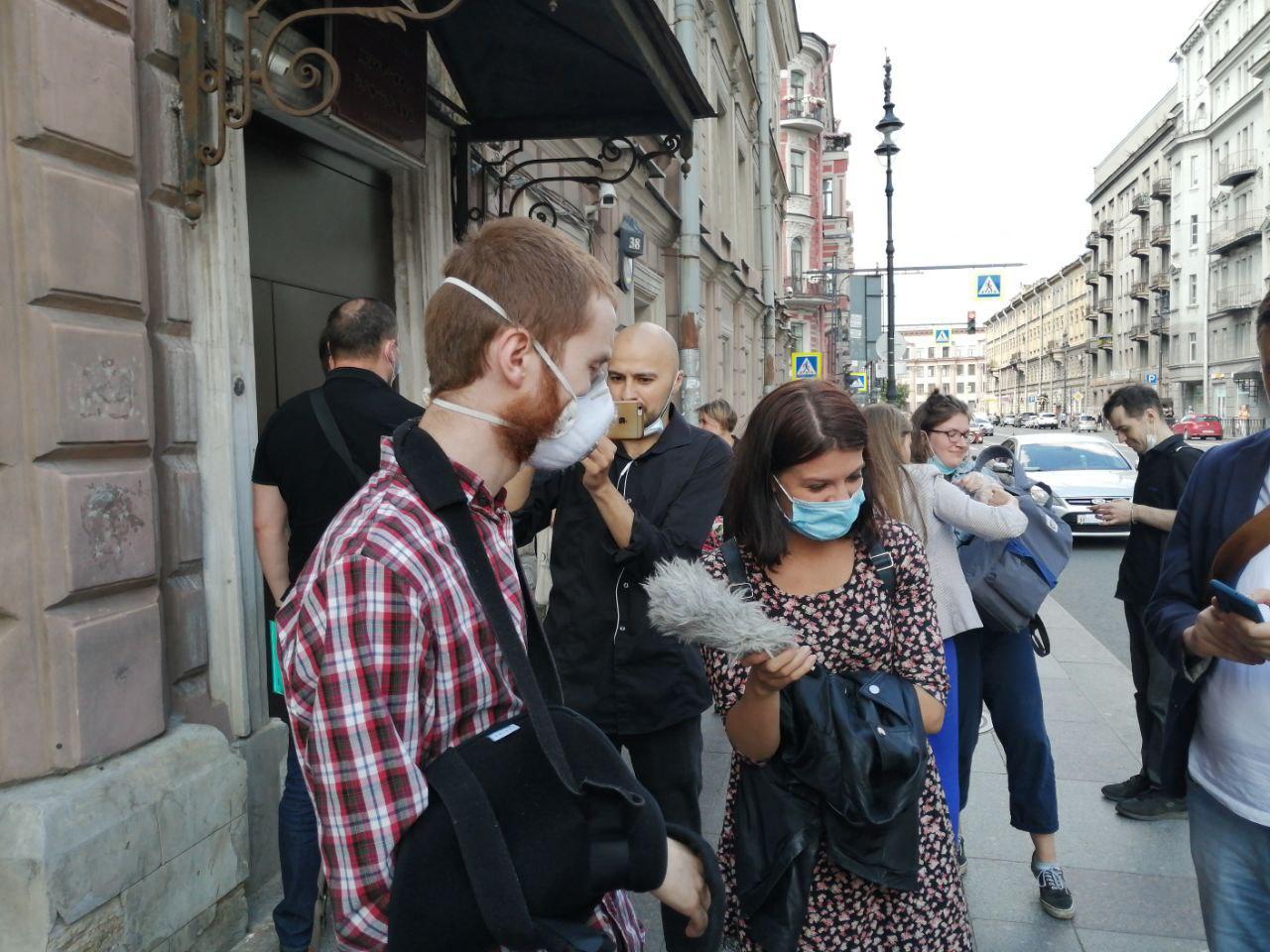 фото ЗакС политика Журналиста Френкеля оштрафовали после того, как ему сломали плечо на избирательном участке