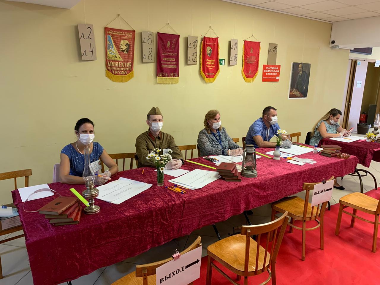 В Горбунках за поправки в Конституцию голосуют в сталинском антураже