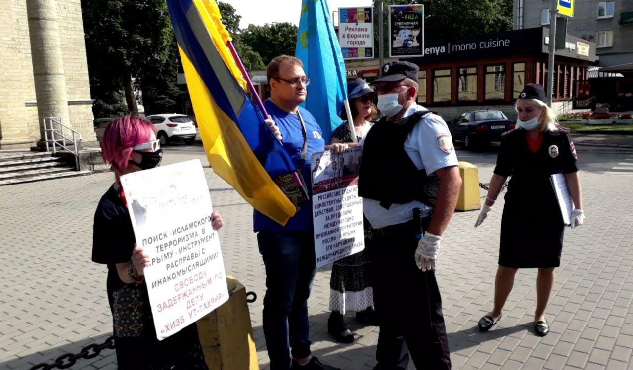 Сбивший кепку с полицейского из Гатчины активист вышел на свободу
