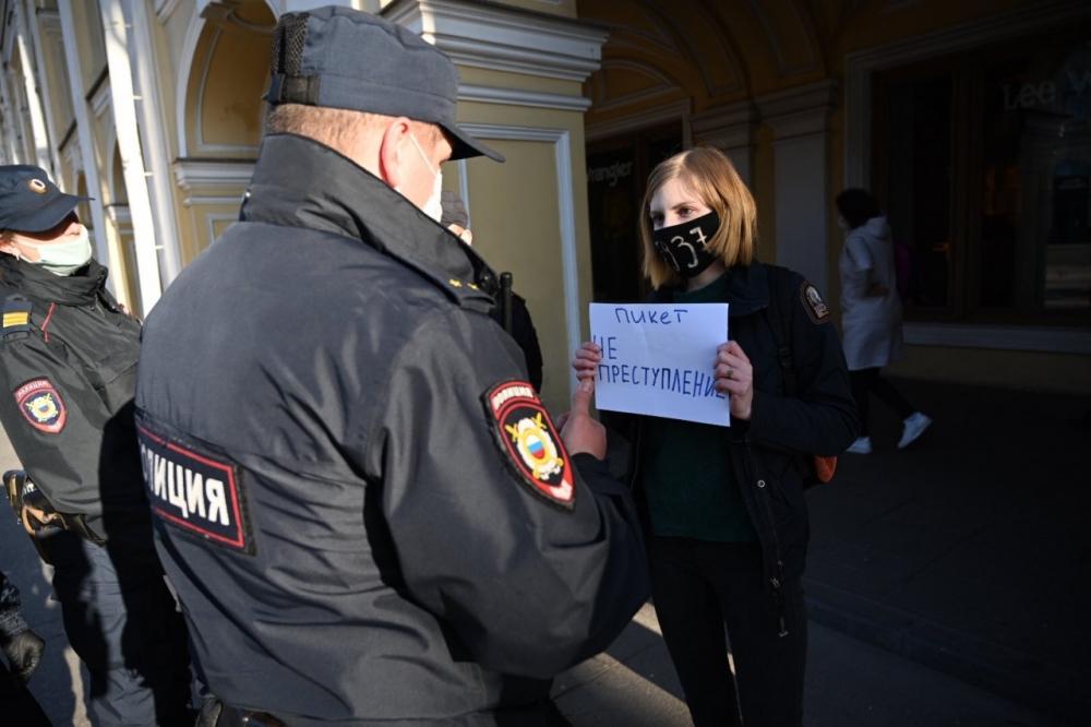 """На Невском проспекте начались задержания на акции в поддержку основателя """"Омбудсмена полиции"""""""