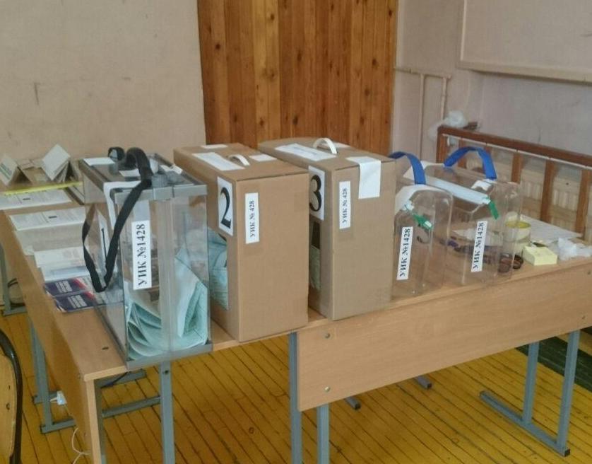 фото ЗакС политика На избирательном участке в Петербурге заметили ящики с маркировкой другого УИК