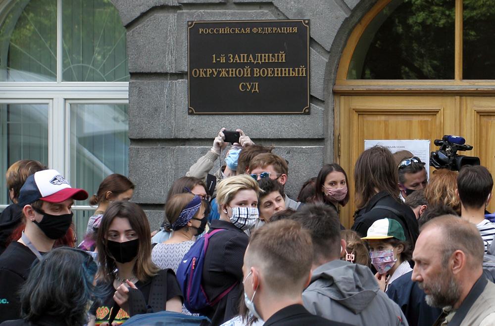 """фото ЗакС политика На задержанных после приговора по делу """"Сети"""" составили протоколы о нарушении самоизоляции"""